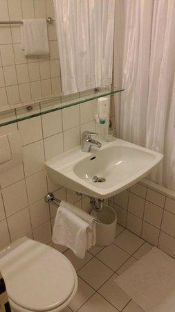 Ambiente Hotel: Einfaches Badezimmer, sauber