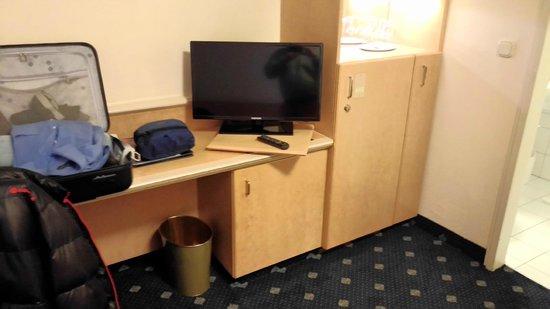 Ambiente Hotel: einfache Ausstattung, internationale TV-Sender