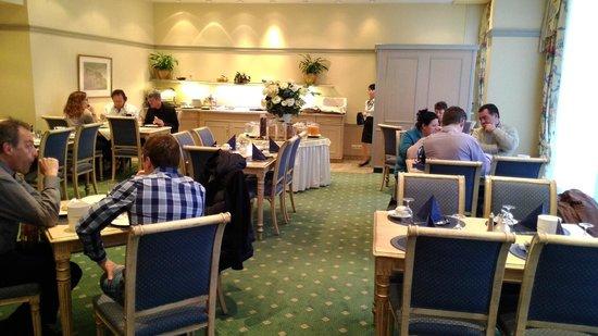 Ambiente Hotel: Frühstücksraum mit Büffet und guter Auswahl