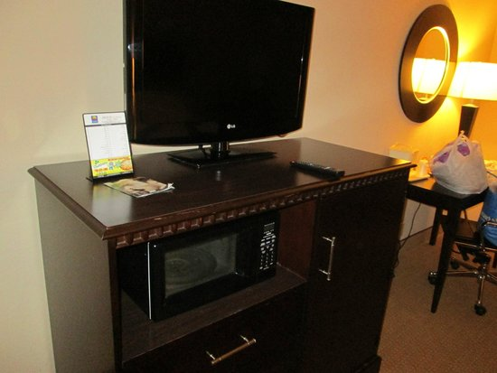 Comfort Inn & Suites Tinley Park IL: flat screen TV,microwave and fridge