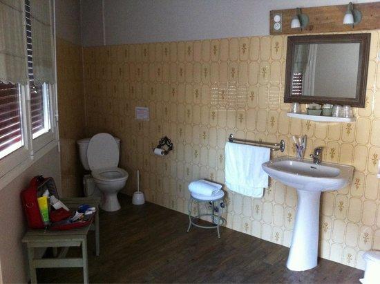 Hotel Restaurant Le Commerce : Salle de bains fonctionnelle et nickel.