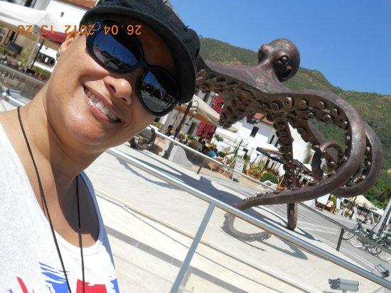 Marina de Marmaris : caminho para o centro de marmaris, várias esculturas