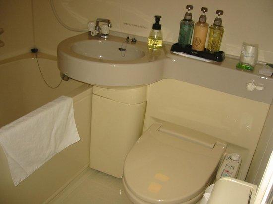 Hotel Ekimae : 部屋の洗面所