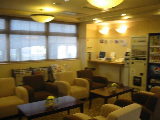 Hotel Ekimae : フロント前のラウンジ
