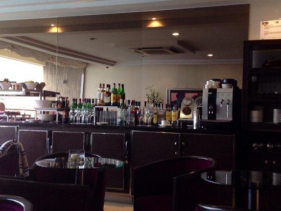 Melia Alicante: The level lounge area