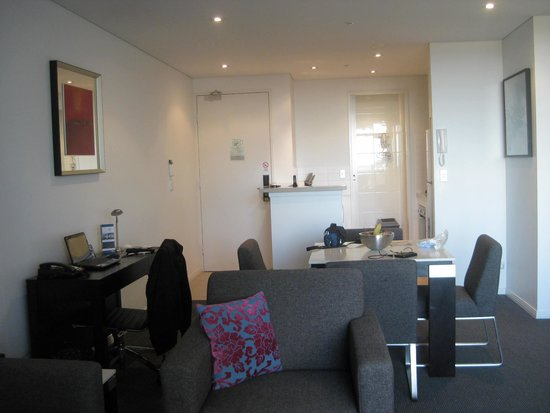 Meriton Serviced Apartments - Broadbeach: The kitchen/dining