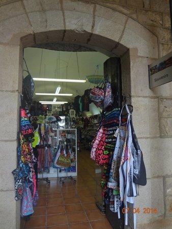 Montjuic Castle: Shop theft