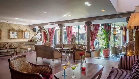 Trinity City Hotel: Piano Lounge Area
