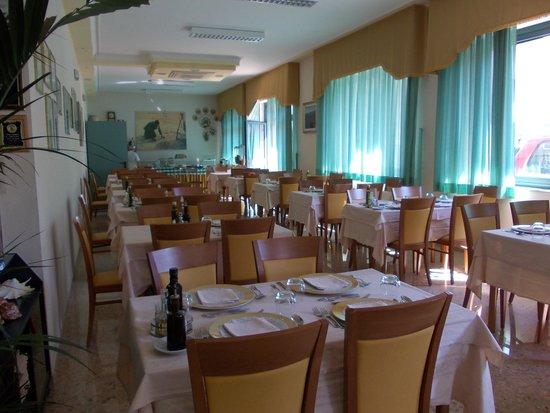 Hotel Jean Pierre: une partie de la salle du restaurant