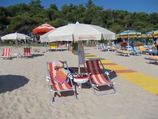 Hotel Jean Pierre: les sieges à la plage réservé par l'hotel