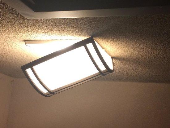 MCM Elegante Lodge & Resort: Light falling off balcony wall