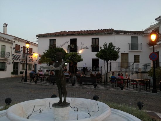 Restaurante La Fuente: Fountain in centre of square