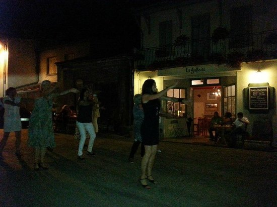 La Galloise: Dancing in the streets of Alaigne to the sound of Ronnie Costley!