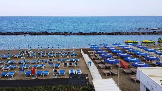 Hotel La Baia : La spiaggia vista dall'Hotel