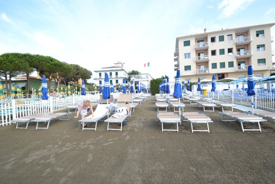 La spiaggi consullo sfondo l'Hotel la Baia