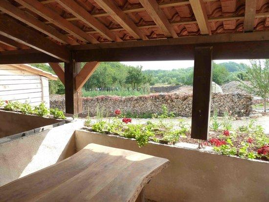 Gîte d'Etape Clos des Escoutilles : Vue de terrasse couverte