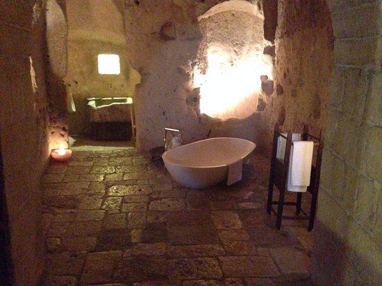 Vasca da bagno in camera foto di sextantio le grotte della