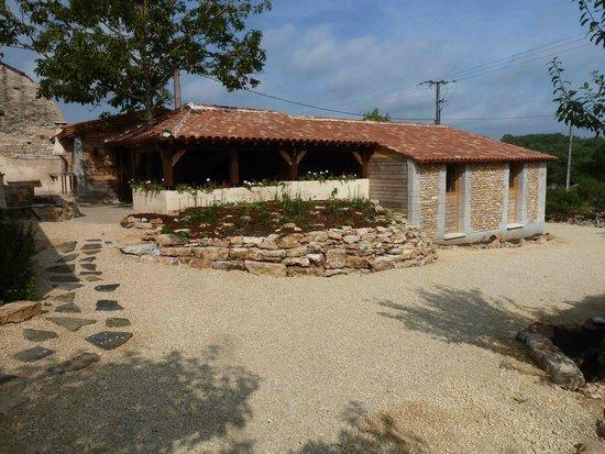 Gîte d'Etape Clos des Escoutilles : Gîte et terrasse couverte