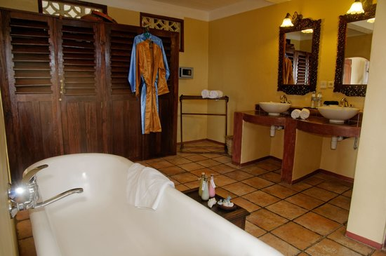 Zanzibar Palace Hotel: Palace Suite Sherali - Spacious Bathroom