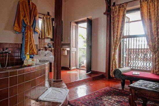 Zanzibar Palace Hotel : Romantic Suite Sultana - Open plan bed/bathroom