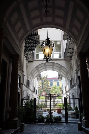 Hotel Piazza Bellini: hotel courtyard