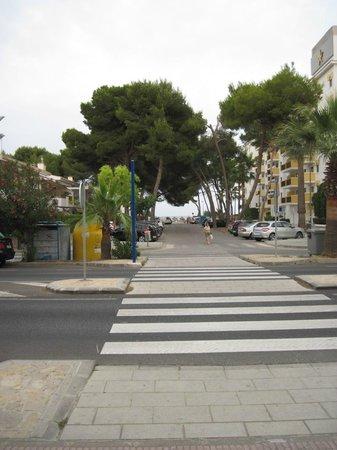 Hotel JS Alcudi-Mar: Дорожка от отеля к морю
