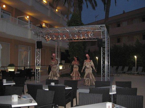Hotel JS Alcudi-Mar: Вечерний концерт у бассейна