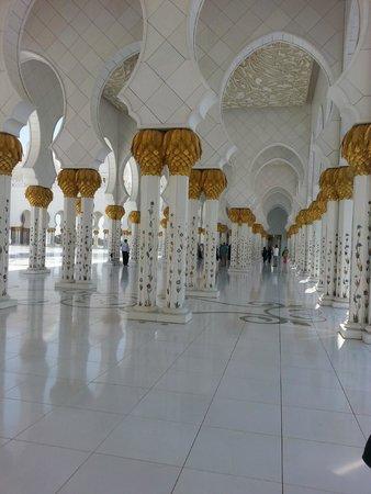 Mezquita Sheikh Zayed: slles riesig groß,viel Gold  und Marmor