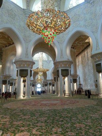 Mezquita Sheikh Zayed: selbt die Kronleuchter sind eine Pracht