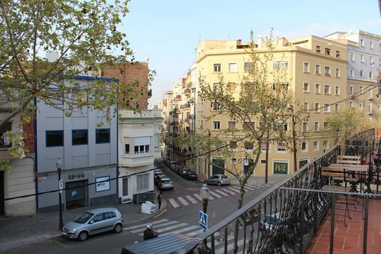 Zoo-LoCo ArT-HoUsE: Towards the Metro Poble Sec, and the busstop at the yellow building