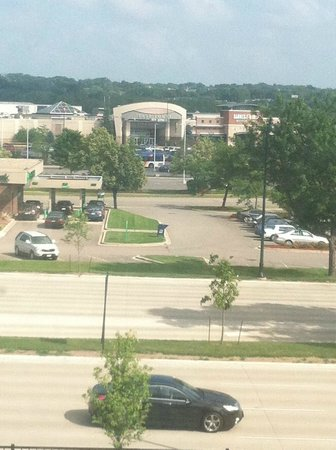 Crowne Plaza Hotel Madison: Shopping Center Across the Street