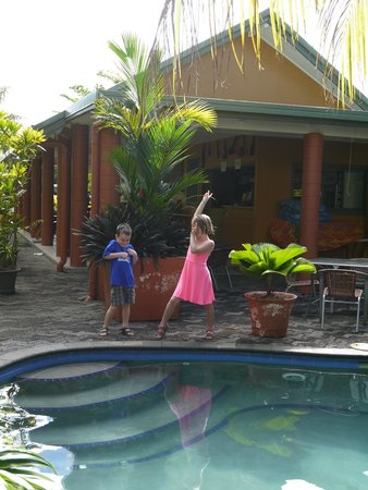 Le Alaimoana Hotel: the kids hanging out at their favourite spot