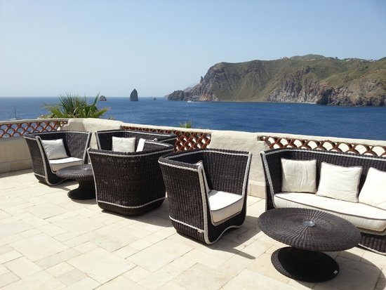 Therasia Resort : Sofas overseeing the sea and Lipari