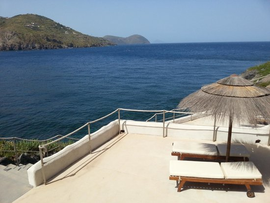 Therasia Resort : Chaise longue and the sea
