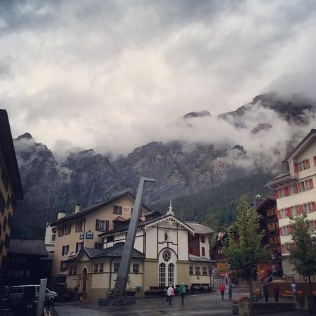 Heliopark Hotels & Alpentherme Leukerbad: The square in-front of the main entrance during a cloudy day