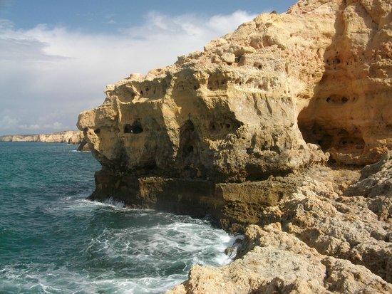 Praia marinha: maravillas que crea la erocion  del oceano