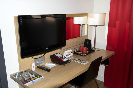 Park Inn by Radisson Oslo: Desk and tea/coffee facilities in the room