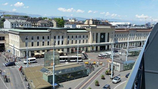 ibis Styles Geneve Gare: Vue sur la place Cornavin
