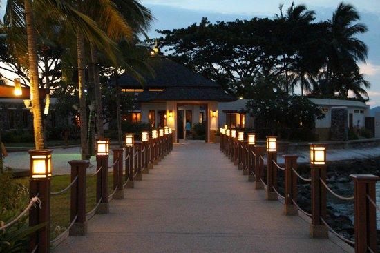 Shangri-La's Tanjung Aru Resort & Spa : Evening view to the CHI spa