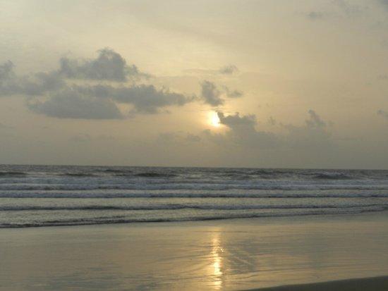 Dona Sylvia Beach Resort: Mobor Beach beside Resort