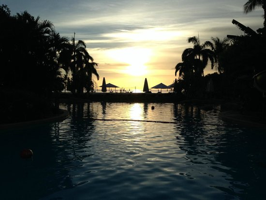 Shangri-La's Rasa Ria Resort & Spa : Swimming pool sunset