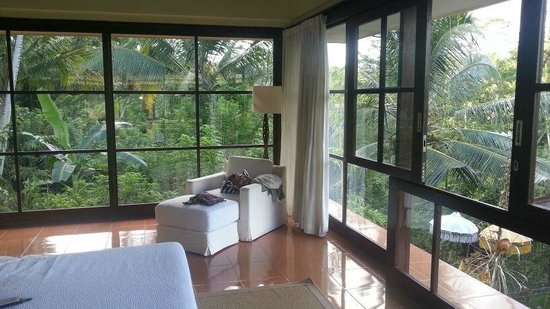 Villa Selat : loor-to-ceiling windows surrounded the room- spectacular views
