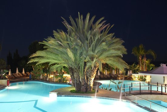 Mediterranean Beach Hotel: Evening view at pool