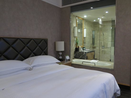 Four Points by Sheraton Hainan: Bed and toilet
