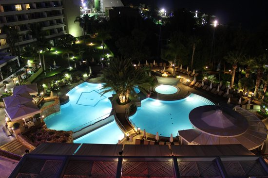 Mediterranean Beach Hotel: Floodlit pool - beautiful walks