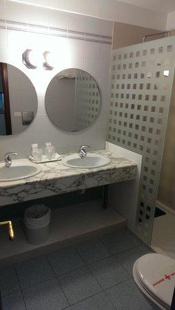 Suite Hotel Fariones Playa: Bathroom