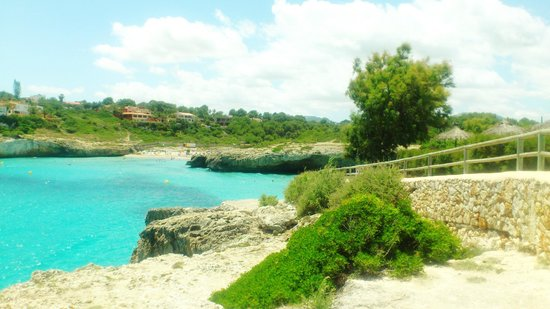 Complejo Calas de Mallorca : Scenic walk up to the other two beaches