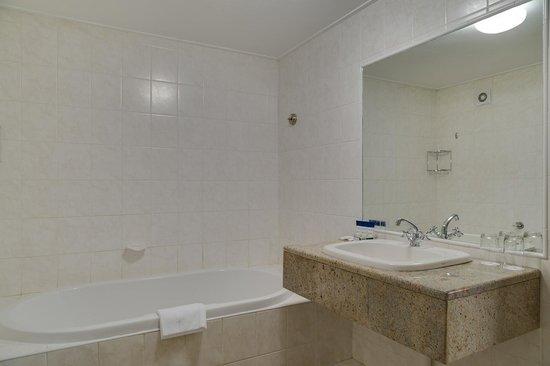Fortis Hotel Capital: Jacuzzi Suite Bathroom