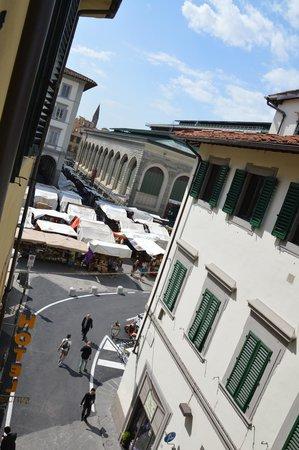 italhotels san lorenzo: たくさんあるテントの向こうが市場、ホテルの下にもレストラン