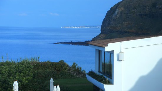 Caloura Hotel Resort : Blick vom Balkon auf Ponta Delgada